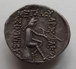 PA005- Mithradates I (-165 à -132) archer sur omphalos Hakatompylos Sell 11.1 RV.jpg
