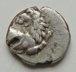 G08- Thrace Hersonisos (-386 à -338) Fourrée protomé de lion et cérré quadripartite avec abeille et LE et globule AV 5.JPG